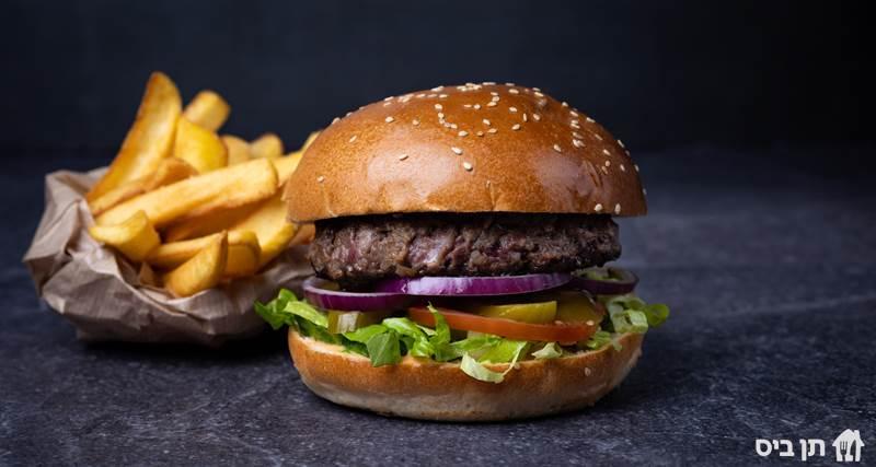 ארוחת המבורגר מיינסטרים, קציצת בקר 200 גרם בליווי חסה, אלף האיים,...