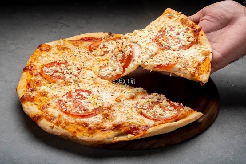 מרגריטה, בצק פיצה עם רוטב עגבניות איטלקי וגבינת...