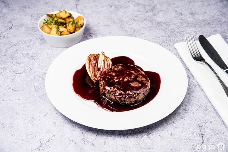 המבורגר ביין (300 גרם), המבורגר ביין אדום ובצל בתנור פחמים, ללא...