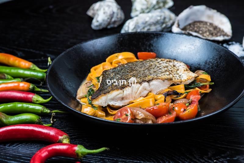 פילה מוסר ים על פסטה טרייה, ברוטב חמאה לבנה, שרי ובצל מקורמל.