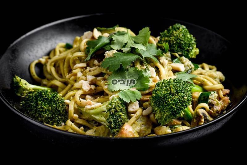 מקאו-ירקות/טופו/עוף/סלמון, אטריות אודון מוקפצות בקארי ירוק, חלב קוקוס...