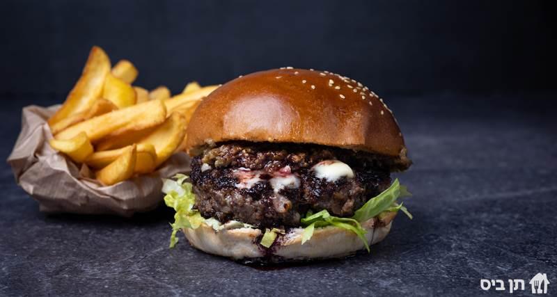 ארוחת המבורגר של יושע, קציצת בקר 200 גרם בחמאה מגיע בלחמנייה...