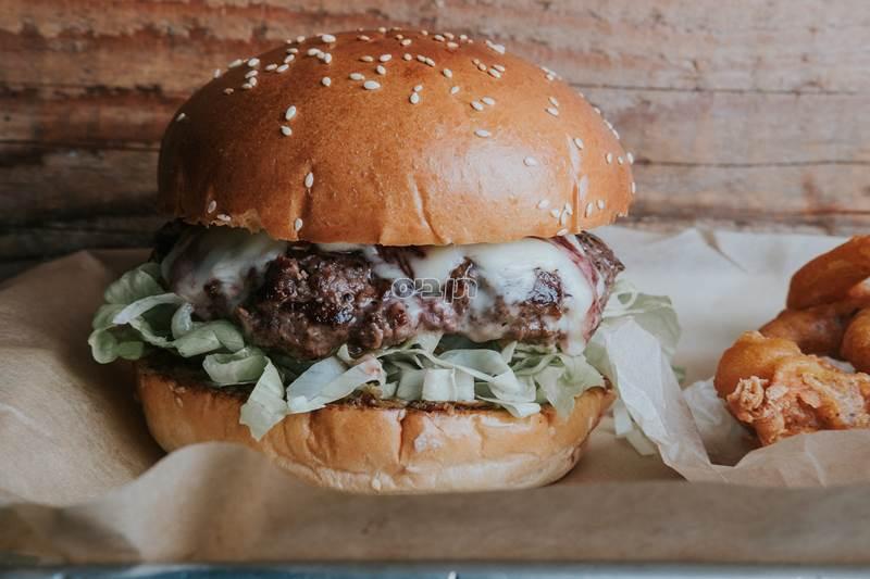 המבורגר של יושע, קציצת בקר 200 גרם בחמאה. מגיע בלחמנייה...