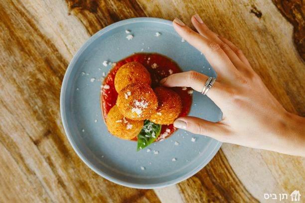 ארנצ'יני, מוגש עם רוטב עגבניות