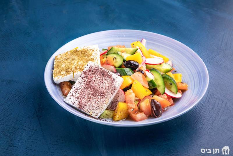 בוקר יווני, עגבניות, מלפפונים, פלפל צהוב, צנונית, זיתי...