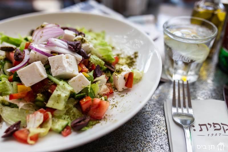 סלט יווני, מלפפונים, עגבניות, פלפלים, בצל סגול, חסה,...