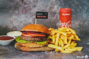 המבורגר 160 ג', המבורגר על הפלאנצ'ה, חסה, פרוסות עגבנייה...