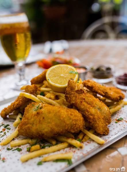 פיש אנד צ'יפס, נתחי דג פריכים וצ'יפס עם רוטב טרטר קלאסי ואיולי...