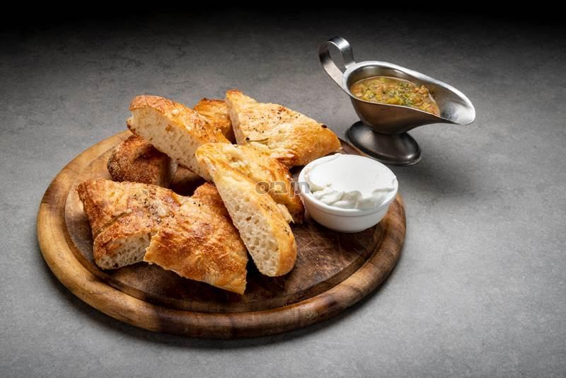 לחם שום, לחם קלוי עם שום ושמן זית. מוגש עם גבינת...
