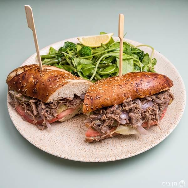 כריך אסאדו, בשר עגל בבישול ארוך, בצל מקורמל, איולי, חסה,...