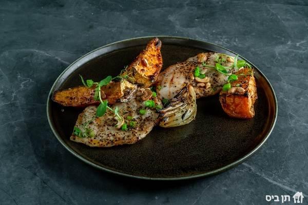 חזה עוף בטטה וסיידר, חזה עוף צלוי בגריל מוגש עם בטטות אפויות ,רוטב...