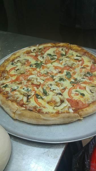 פיצה ענקית, שמונה יחידות פיצה מוגש עם קוקה קולה ליטר...