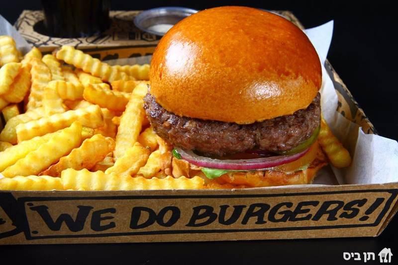 המבורגר וצ'יפס, ארוחת המבורגר צ'יפס בלגי, לחמניה ספייסי...