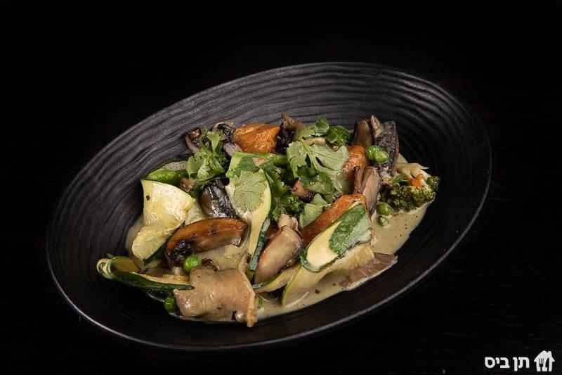 קארי טבעוני, תבשיל ירקות בקארי ירוק, מוגש עם אורז לבן