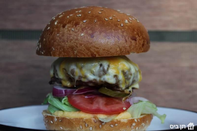 באזז פילדלפיה - 220גרם, לחמניית המבורגר, מיונז ציפוטלה, חסה, בצל,...