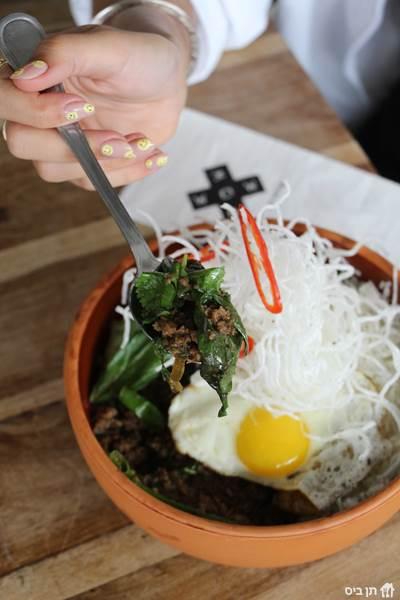 פאד קפאו *חריף*, תבשיל תאילנדי של בשר טחון, מיקס עשבים,...