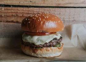 המבורגר המוסד, קציצת בקר 200 גרם. מגיע בלחמנייה...